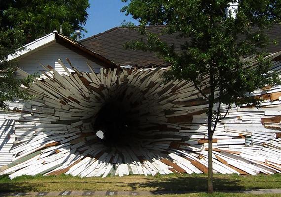 A texasi, houstoni Inversion House olyan, mintha kirobbant volna belőle a közepe.