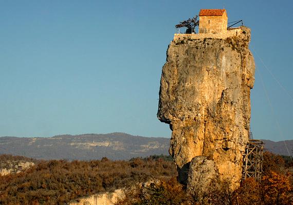 A Katskhi Pillar Grúziában található, 20 éve egy helyi szerzetes lakja.