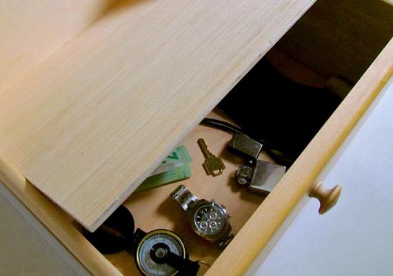 Duplafenekű fiókokat láthattál már amerikai krimikben, nálunk azonban kevéssé elterjedtek. Nem kell hozzá más, mint egy méretre vágott, a bútor színével megegyező falemez.