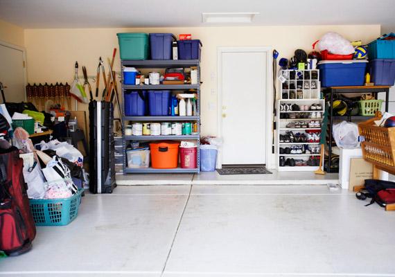 Ha van garázsotok, érdemes találni benne egy alkalmas rejtekhelyet. Ez a helyiség ugyanis jellemzően már kívül esik a betörők érdeklődési körén.