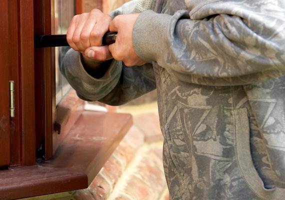 Ha olyan ablakod van, melyet könnyű elérni, és nincs rajta rács, könnyen szemet szúrhat otthonod egy betörőnek. Ha nem akarod megkönnyíteni a betörők dolgát, ne hagyj az ajtó előtt, illetve a folyosón egyetlen olyan eszközt se, mely alkalmas lehet a betörésére, legyen szó kerti szerszámokról vagy akár egy seprű nyeléről.