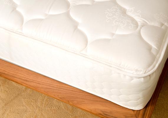 Mint ahogy a matrac és az ágyrács közötti rejteket is.