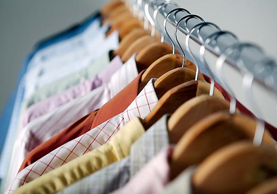 Azt mindenki tudja, hogy a betörők átkutatják a szekrényeket és fiókokat, azonban az sem jó megoldás, ha értékeidet a bennük tartott ruhák zsebeiben, például ingzsebben vagy a szépen összehajtott nadrágok zsebeiben rejted el. Amellett, hogy itt is kereshetik őket, ki is hullhatnak, miközben felforgatják a ruhákat.