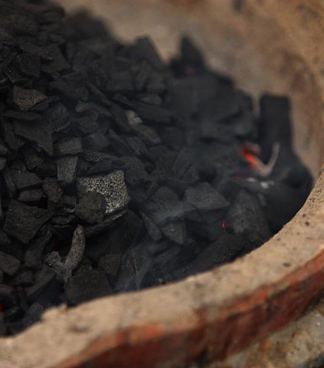 FaszénA művészek által használt faszénkréta erős föld chi-t hoz létre. Égett és lehűlt fából jött létre, így magában hordozza az öt elemből a fa, a tűz és a föld ciklusát. Mivel a lakás nyugati és északnyugati részében az erős tűz eredetű chi romboló hatással lehet az ott uralkodó fém chi-re, egy faszéndarabot helyezz egy agyagtálkába itt. A faszén így segítségedre lehet akkor, ha túlságosan érzelmessé váltál, vagy gyakran bonyolódsz felesleges, kényes vitákba.