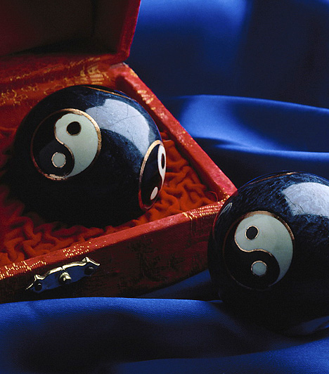 Jin és jang szimbólumA kiegyensúlyozott magánéletért helyezz el a szerelem területén párosával olyan szimbólumokat, melyek erősítik ezt az életterületet. Az egyik legfontosabb szimbólum a jin és a jang, mely a férfi és nő egyesülésének egymást kiegészítő jellegét testesíti meg, továbbá egyensúlyt is jelképez.