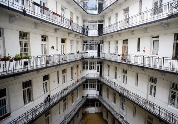 A XI. kerületi, Bartók Béla út 72. szám alatt található épület. A fotót Dési Krisztina készítette.