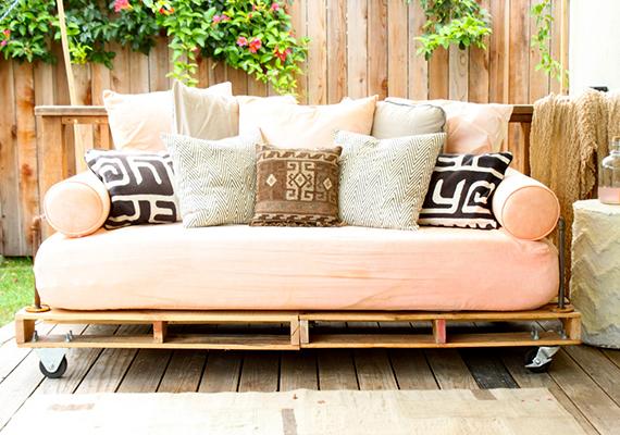 Hasonlóan a kerti heverőhöz, amelyhez a raklapokon kívül csak szivacs és sok-sok puha párna kell.