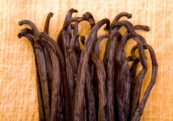 Hasonló illatosító hatást érhetsz el, ha vaníliakivonatba mártott vattapamacsot teszel éjszakára a cipőbe.