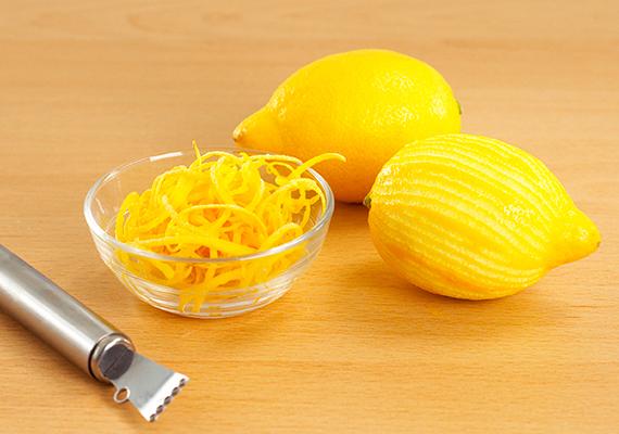 A citromhéj alkalmazásáról szóló házi praktikákat sokan azért kedvelik különösen, mert nem szívesen használják fel magát a héjat is ételkészítéshez, köszönhetően a vegyszereknek, amelyekkel azt kezelik a hosszas szállítás és a tartósítás miatt. Érdemes olyan gyümölcsöt venni, amelyről biztosan állítható, hogy nem kezelték vegyszerekkel. Ha ennek éppen nem használnád fel a héját, könnyen tartósíthatod is azt, ha kristálycukorral összekeverve jól záródó üvegbe teszed.