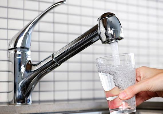 A régi vízvezetékek, csőrendszerek és épületek esetében komoly problémát jelenthet a vízbe kerülő ólom, mely toxikus, az emberre nézve veszélyes nehézfém, mely a szervezetbe jutva hosszútávon komoly egészségügyi problémákat okozhat. Ha nincs más lehetőséged - például nem tudod felújítani a csőrendszert - méregtelenítheted a vizet már azzal is, ha jó sokáig folyatod, mielőtt iszol belőle. Ha többet szeretnél tudni a témáról, kattints ide!