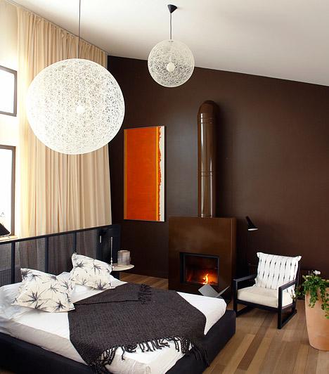 Szűz - Modern és letisztult  A hálószobádban a föld színei, a barna, a vörös és a krém dominálnak, a bútorok anyaga pedig valamilyen egyszerű, de modern és ellenálló ötvözetből készült - ilyen a Szűz tipikus hálószobája. Az alvóhelyed a személyiségedet tükrözi: két lábbal a földön állsz, céltudatos vagy, közben mégis stílusos és izgalmas tudsz maradni.