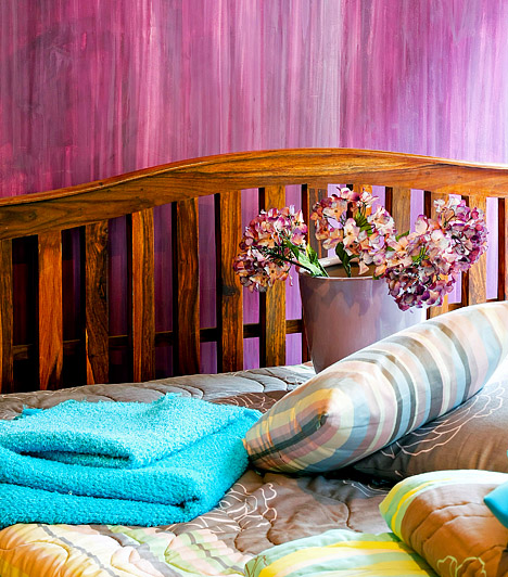 Nyilas - Érzelem és élvezetGazdag színek, természetes anyagok és népi motívumok. Ha Nyilas vagy, a hálószobád bútorait nem összeilő stílusuk, hanem a hozzájuk fűződő érzelmeid alapján válogattad össze. A kissé megkopott fa ágykeret a hagyományok és a múlt iránti tiszteletedet jelképezi, miközben Tűz jegyként bátran használod az ősz meleg, néha meghökkentő színeit is, hiszen az otthonosság megteremtése kulcskérdés számodra.