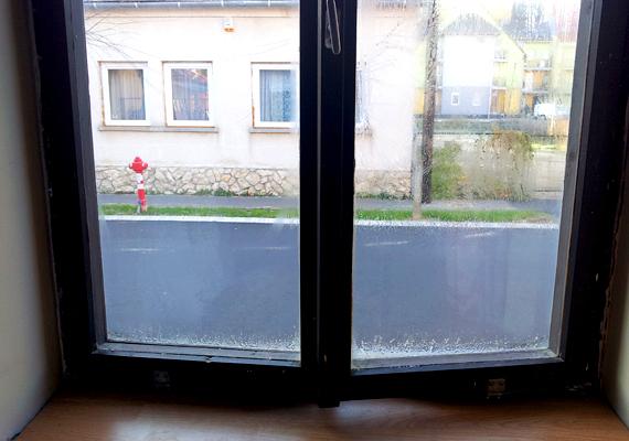 A csíkokból az ablak becsukása után semmi nem látszik. A szigetelőcsík a hőszigetelés mellett zajvédelmi funkciót is betölt. UV-sugárzás- és vízálló, élettartama azonban maximum hét-nyolc év.