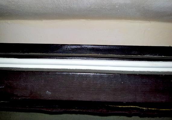 A szigetelőcsíkot a két ablakszárny alsó, felső és külső oldalaira rögzítettem, középen azonban csak az egyikre kell tenni, ügyelve arra, hogy távolabb legyen az ablak zárszerkezetétől. Az ablakszárnyak külső oldalán érdemes figyelni arra, hova ragasztja fel a csíkot az ember, oda célszerű, ahol az ablak becsukásakor oldalról nem nyomja meg, illetve mozdítja meg semmi, csak felülről nyomódik össze az ablak másik felével.