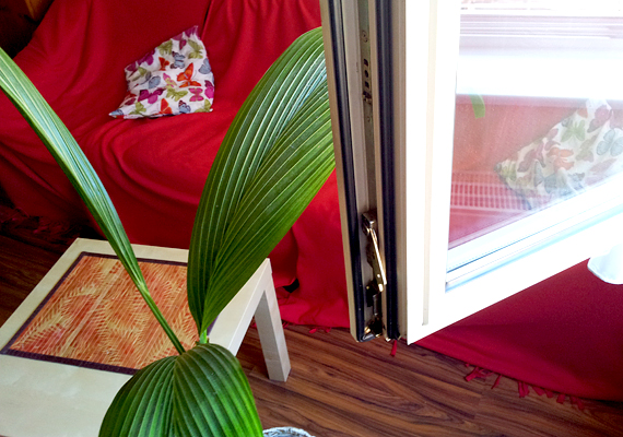 A saját lakásomban a főbérlő új, jól szigetelő nyílászárókat szereltetett fel, így a szigetelőcsíkot egy ismerősöm régi típusú ablakán próbáltam ki, amely kissé huzatos. Az azonban, hogy hova is érdemes felragasztani, egy új típusú ablakon is jól látszik: a képen látható fekete csíkok hasonló funkciót töltenek be.