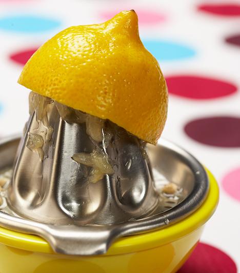 CitromA márványról könnyen eltávolíthatod a szennyeződéseket egy fél citrommal. Mártsd a gyümölcs felvágott részét sóba, és dörzsöld át vele erőteljesen a márványon keletkezett foltot. A csapoknak, megfakult krómtárgyaknak, tompa fényű lábasoknak és serpenyőknek is visszaadhatod az eredeti fényüket, ha citromhéjjal átsúrolod őket, majd puha ronggyal átfényezed.