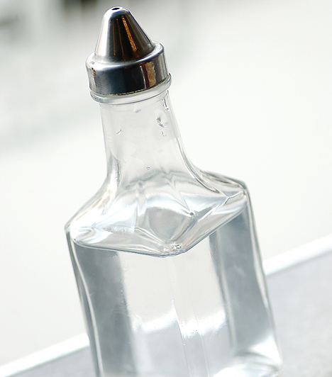 Ecet  Használhatod ablaktisztítóként, lemoshatod vele a penészt a fürdőszobában, és még vízkőoldóként is kiváló. Emellett megszabadíthatod vele a hűtőt a szagoktól, megmentheted az eldugult lefolyót, és a natúr kőburkolat átmosására is alkalmas.  Kapcsolódó cikk: 8 probléma, amin segít az ecet »