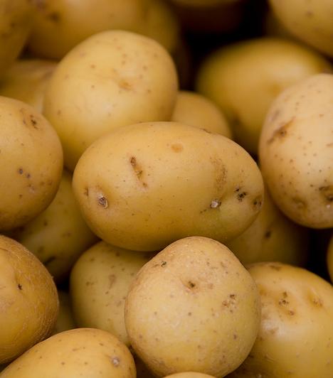 KrumpliGyorsan és egyszerűen kifényezheted a kopott cipődet, ha egy félbevágott krumplival átsúrolod. Ezután polírozd le a bőrt. A túl sós levesen is segíthetsz vele: egy krumplit vágj nagyobb darabokra, majd tedd a levesbe. Mialatt megpuhul, a felesleges sót is magába szívja.