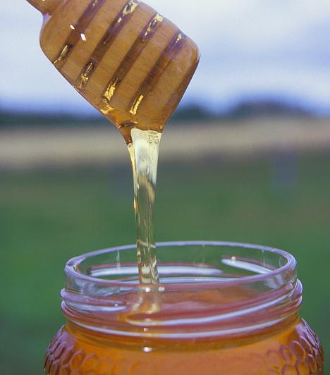Méz  A méz nemcsak finom és egészséges, hanem kiváló molyfogó is. Egy befőttes üveg tetejébe vagy egy eldobható, műanyag tálkába csorgass egy kevés mézet, majd helyezd el a konyhapulton. Az édes, végzetes nassolnivalónak nem tudnak majd ellenállni az apró kártevők.  Kapcsolódó cikk: Gyorsan ható szerek konyhai szagok ellen »