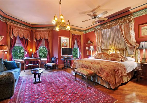 Luxusból is megárthat a sok. A nehéz, más-más színű drapériák, az aranyozott stukkók, a korabeli szőnyeg és az arany csillár együtt talán az 1800-as években volt utoljára divat. Ez a szoba azonban mellőzi a történelmi hűséget, többek között érthetetlen, hogy kerül oda a ventilátor.