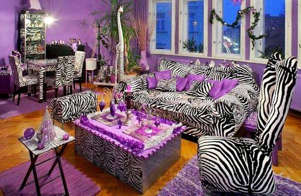 A zebracsíkok és a lila kiegészítők egyáltalán nem illenek össze, de úgy tűnik, ez a tulajt cseppet sem zavarja.