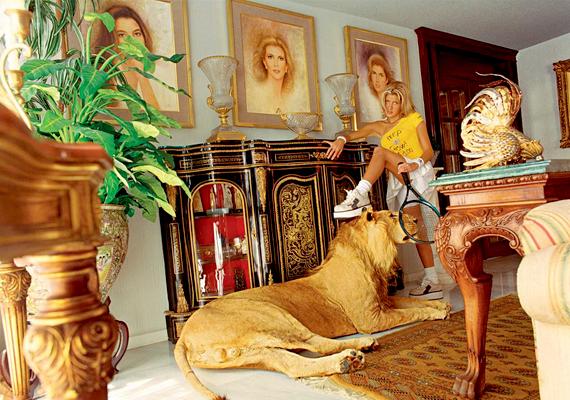 A kép Daniela Rossell Gazdagok és híresek című fotósorozatának része, de a rajta látott nappali eredeti.