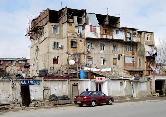 Ilyen egy hasonló épület egy másik szovjet utódállamban, Azerbajdzsánban, Bakuban.