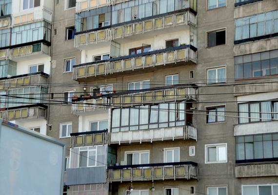 Romániában sok társadalmi réteg képviselteti magát a panellakók között.