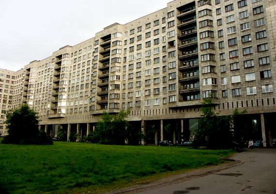 Az egykori Leningrádban, Szentpéterváron, különösen a külvárosi részek épületein jól megfigyelhetőek a szocialista építészet jellegzetességei.