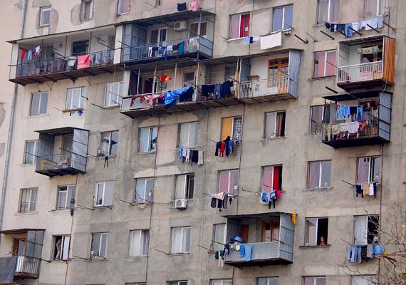 A Szovjetunió összeomlása után Tadzsikisztánt polgárháború sújtotta: az ország lakosságára jellemző szegénység többek között ennek is köszönhető.