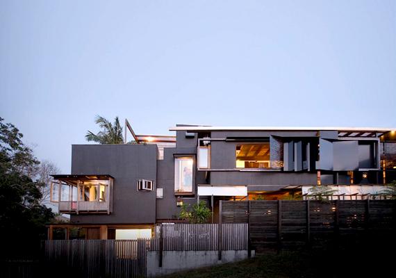 2013 októberében a győztesek közé választották az ausztráliai                         The Left-Over-Space House-t is. A Cox Rayner Architects által megálmodott épület Sydney külvárosában található.