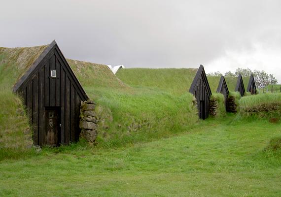 A domb- vagy földházépítés ősi hagyományokkal rendelkezik. A képen hagyományos izlandi földházak láthatók. A dombházak egyik legnagyobb előnye, hogy igen jó hőszigetelő képességgel rendelkeznek, télen bent, nyáron pedig kint tartják a meleget.