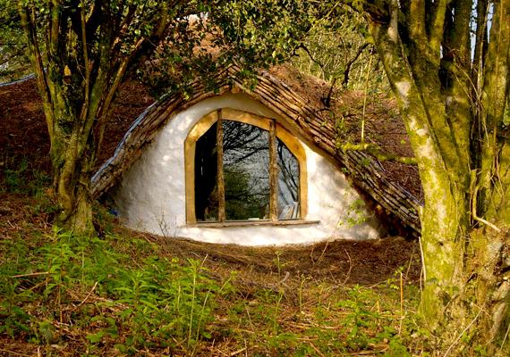 Simon Dale már említett hobbitháza kívülről mesebeli otthonnak tűnik. A dombházak elsősorban természetes anyagokból készülnek, például fából, a szigeteléshez pedig gyakran szalmát is használnak.