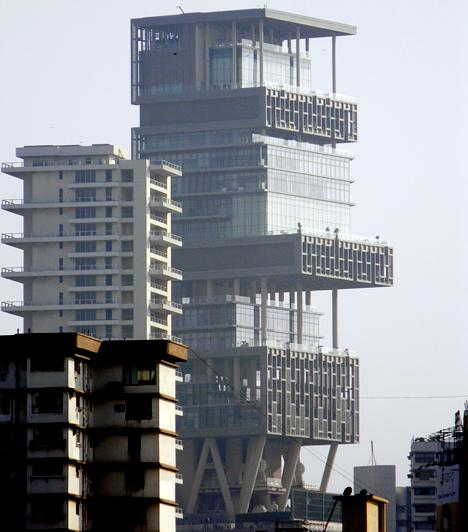 Antilia, India                         A Mumbai-ban megépült Antiliát, melynek értéke több mint egy milliárd dollár, Mukesh Ambani indiai üzletember tudhatja a magáénak, aki családjával él a 4500 négyzetméteres, 27 emeletes, több száz fős személyzetet foglalkoztató épületben.                         Kapcsolódó cikk:                         A világ egyik legdrágább háza: szerinted megér ennyit? »