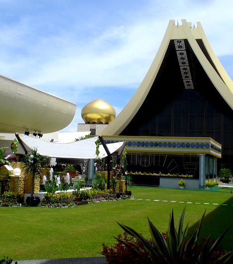 Istana Nurul Iman palota, Brunei                         A brunei szultán, Hassanal Bolkiah, az ország vezetője és legfőbb politikusa 1967-ben került a trónra, híres palotája pedig 1984-re épült fel, hozzávetőlegesen 1,4 milliárd dollárnak megfelelő összegből. Amellett, hogy a világ legnagyobb palotája, egyúttal a leghatalmasabb családi lakóhely is. 1788 szoba, köztük 257 hálószoba található az épületben.                         Kapcsolódó cikk:                         Egy politikusnak kell az 1788 szoba »