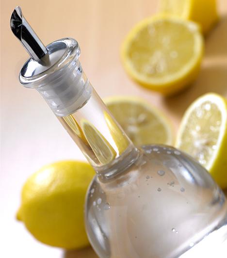 Citromsav A citromsav a lefolyó csövében lévő lerakódásokat is eltünteti, és kellemes, citromos aromát hagy maga után. A mosogatókagyló lefolyójába egy pohárnyit, a WC lefolyócsövébe két-három pohárnyit önts. Mindkét esetben hagyd hatni 15-20 percen át, majd öblítsd le.