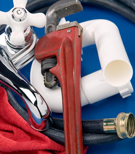 Szifon kitisztításaMakacs konyhai dugulás esetén a mosogató alatti szifon alá helyezz egy vödröt, majd lassan és óvatosan kezdd el szétcsavarni a szifont - számíts rá, hogy félvödörnyi víz kifolyik majd belőle. A kiürült szifonba nyúlj bele ujjal, és piszkáld ki a megtapadt szennyeződést.