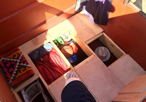 A professzor nem csupán korábbi otthonáról mondott le, de használati tárgyainak és ruháinak többségéről is, a korlátozott hely miatt csak azt vihette magával, amire feltétlenül szüksége volt.