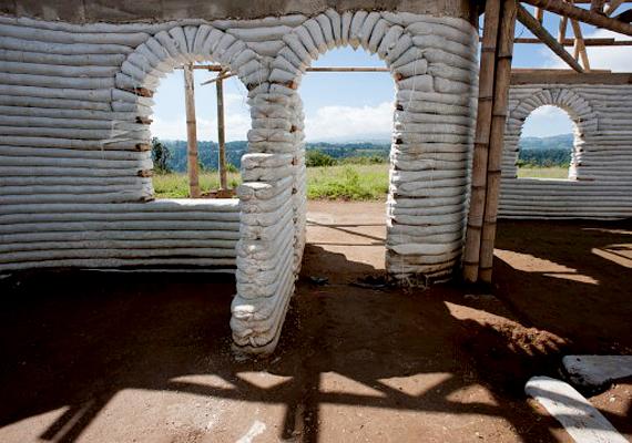 Az earthbag-házak megépítése során más technológiákat is alkalmazni lehet, többek között fával, téglával, szalmával is kombinálni lehet az építőanyagot.