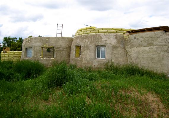 Egészen nagy házak is építhetők a módszerrel.