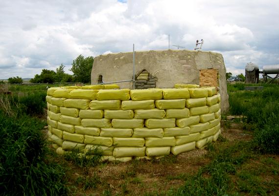 Egyre többen ismerik fel, hogy az ilyen házak építése megoldást jelenthetne a bolygó lakhatási problémáinak megoldására.
