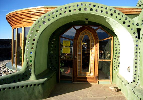 Egy Earthship-ház bejárata. A kialakításnak az organikus látásmódon belül csak a fantázia szabhat határt.