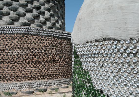 A ház szerkezetének kialakításához többek között hulladékot hasznosítanak újra: gumiabroncsokat, palackokat, üvegeket.