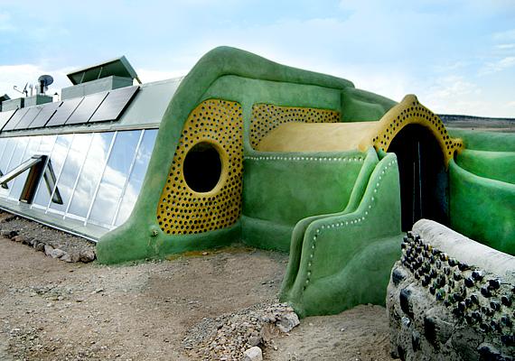Ilyen egy Earthship-ház. A bejegyzett márka és az 1980-as években elindult kezdeményezés egy amerikai építész, Michael Reynolds nevéhez köthető. Ma már a világ számos pontján építenek hasonló házakat.
