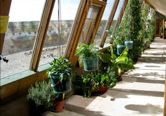 A házak fenntartásához megújuló energiaforrásokat használnak, például nap- és szélenergiát, biomasszát.