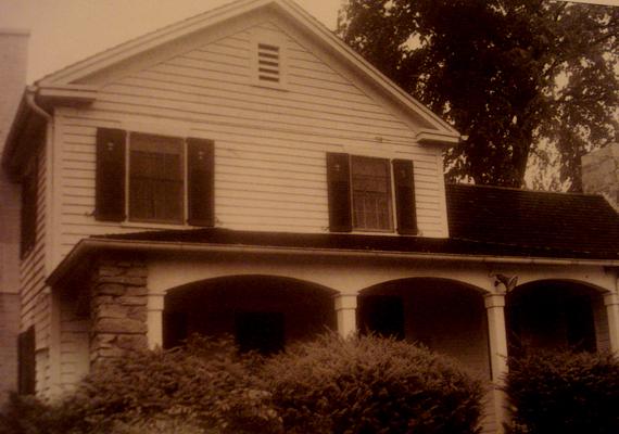 Vidékre költöztek, a Connecticutban található Roxburyben a Tophet Roadra.