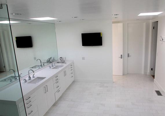 Egyszerűnek tűnő fürdőszoba, modern kiegészítőkkel.
