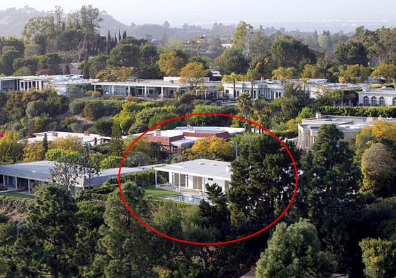 Bár sűrű a szomszédság, a házat körülölelő növényzet biztosítja az itt élők magánéletét.
