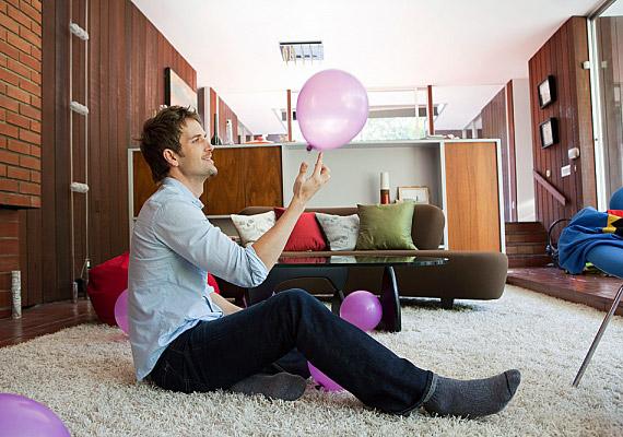 Egy puha, bézs szőnyeg jól passzol a csokoládészínű bútorokhoz: világosítja a szobát, és otthonos légkört teremt.