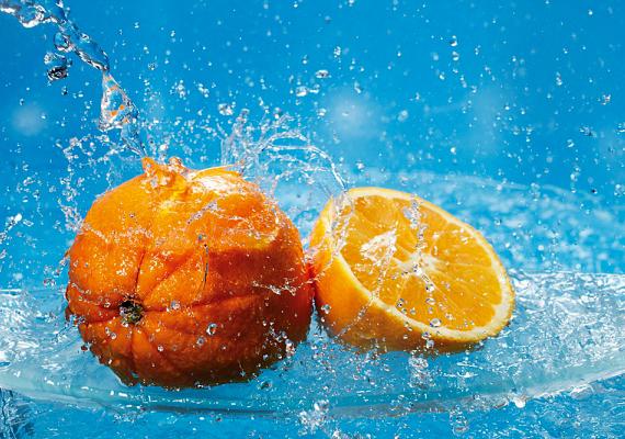 Ha dohány-, vagy bármi más kellemetlen szag terjeng a lakásban, felfrissítheted a levegőt, ha egy kisebb edényben felforralsz másfél pohár vizet, benne pedig egy narancs reszelt héját.